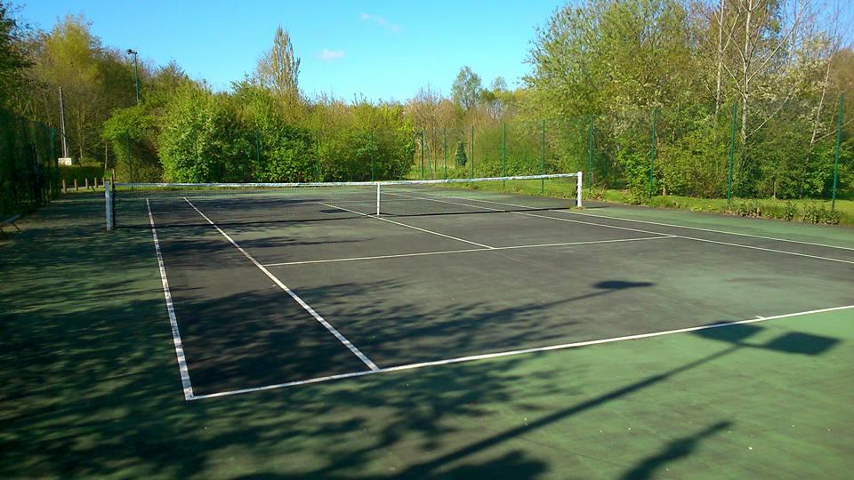 Court extérieur du tennis club de Neuville-en-Ferrain